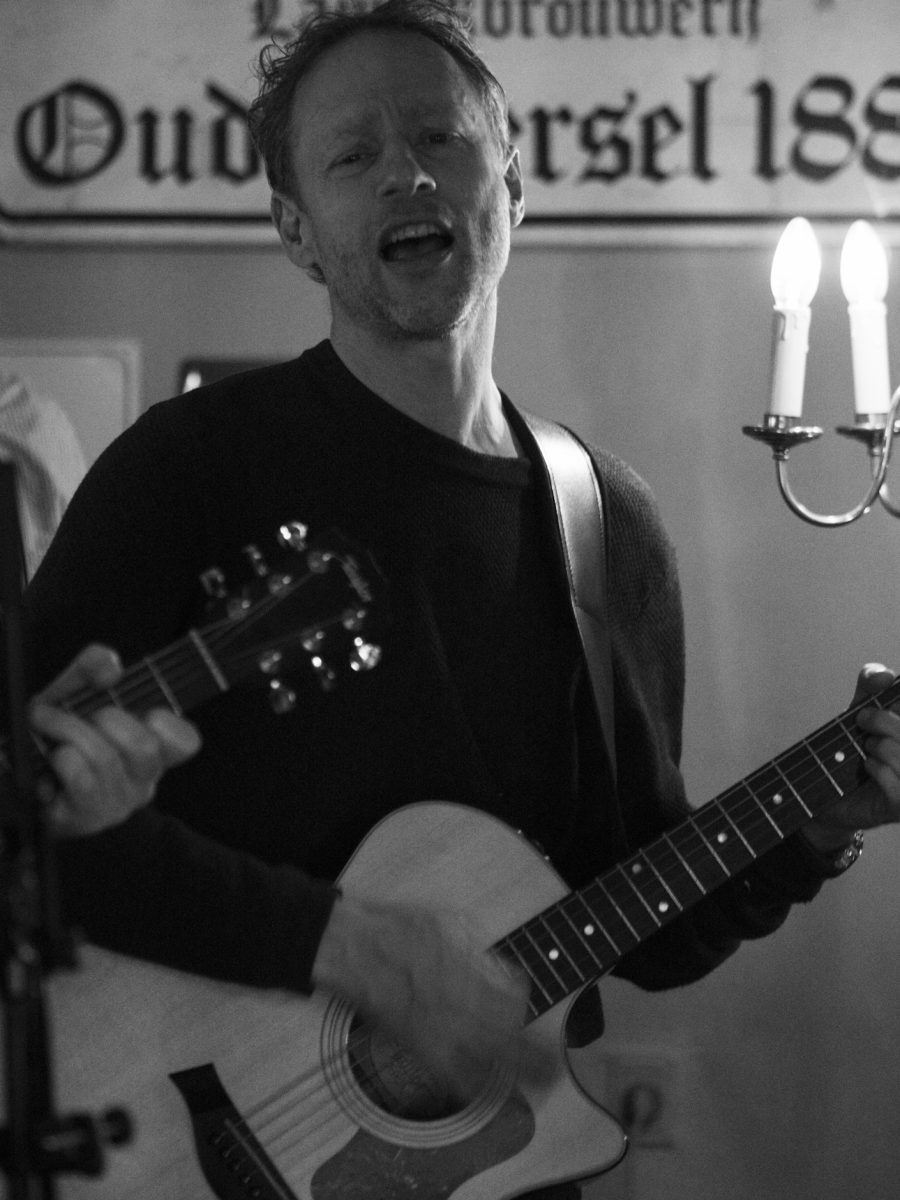 Music video production: Olav Frølich from Hund i Snor singing and playing guitar