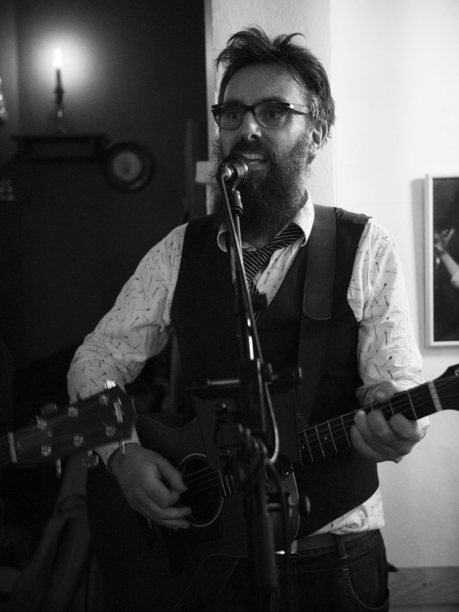 Music video production: Peter Ulf from Hund i Snor singing and playing guitar